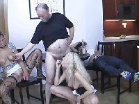 Stary facet organizuje orgię