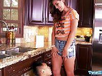 Małolatka rozkłada nogi przed hydraulikiem