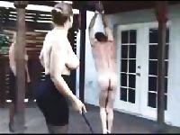 Dominująca suka bije go grubym biczem