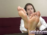Sekretarka pokazuje gołe stópki