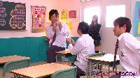 Japoneczka ssie swoim kolegom ze szkoły