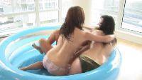 Trio w dmuchanym basenie