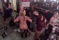 Tancerki szykują się przed występem