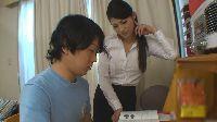Seksowna nauczycielka pomaga mu w lekcjach