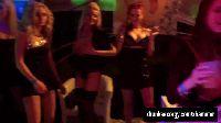 Biseksualne panie zabawiają się w klubie