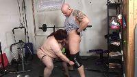 Tłusta kobieta obrabia chuja na siłowni