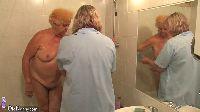 Babcia i dziadek pod prysznicem
