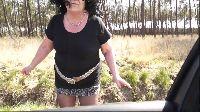 Zagubiona mamuśka daje dupska w lesie