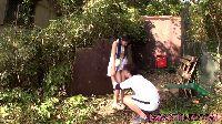 Filigranowa Azjatka rozkłada nogi w ogrodzie