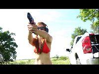 Andrea Sky strzela w bikini