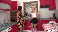 Nastolatka i mamusia eksperymentują w kuchni