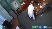 Doktorek podnosi temperaturę swojej pacjentce