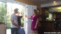 Znudzona MILF zaprasza sąsiada do domu