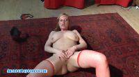Stara kobieta dyma się na dywanie