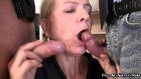 Babcia połyka dwa penisy