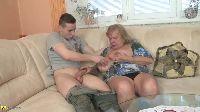 Babcia ciągnie młodego penisa