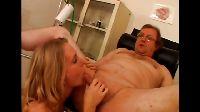 Starszy facet rozpieszczany przez pielęgniarkę