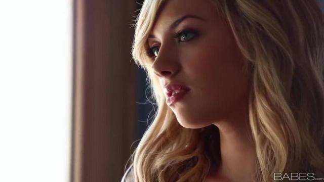 Striptiz pięknej blondynki