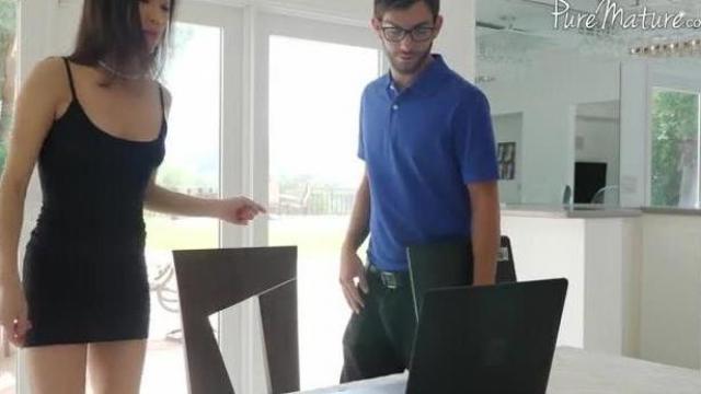 Azjatka i gośćod komputerów
