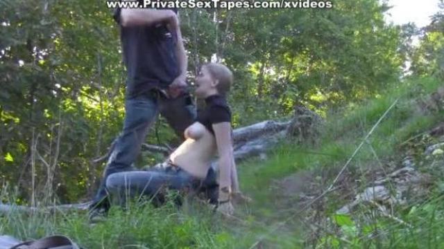 Młoda kurwa w lesie