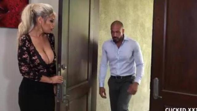 Blondi rozkłada nogi przy mężu