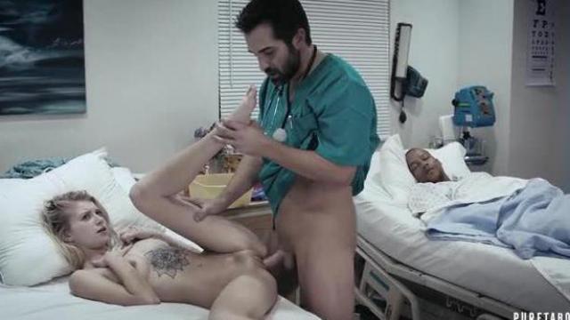 Doktor pomaga spragnionej pacjentce