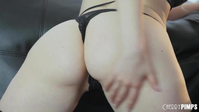 Charlotte Stokely pokazuje sztukę masturbacji