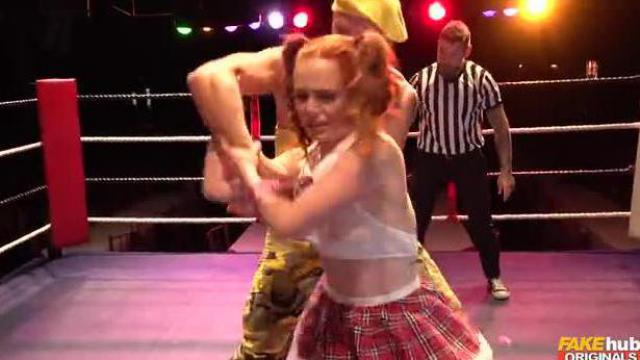 Dziwka dostaje łomot na ringu