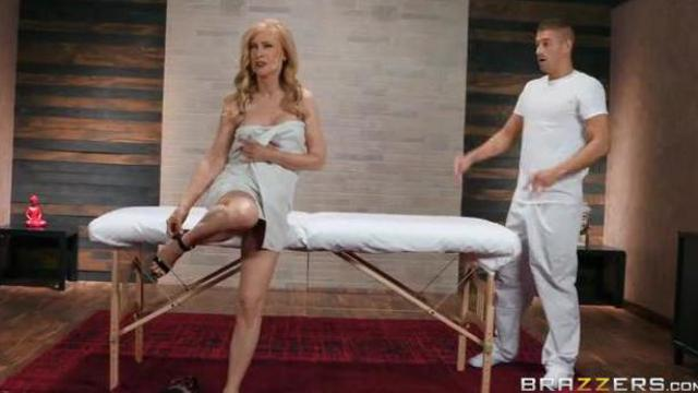 Babcia dorywa seksownego masażyste