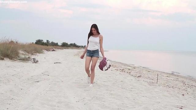 Piękność masuje się na plaży