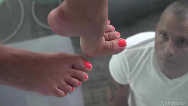 Kutasy twardnieją na widok jej stóp