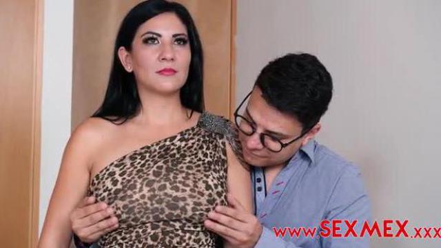 Hipnotyzer leczy pacjentkę chujem