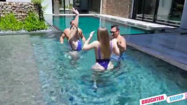 Wujkowie uczą dziewczyny pływania