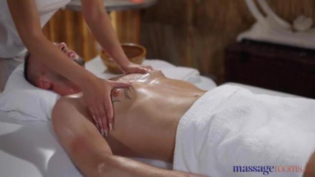 Piękna masażystka wyruchana przez klienta