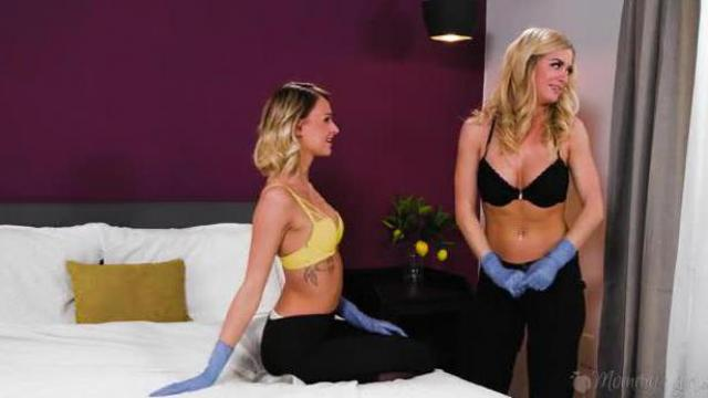 Pokojówki spotykają się w pokoju hotelowym