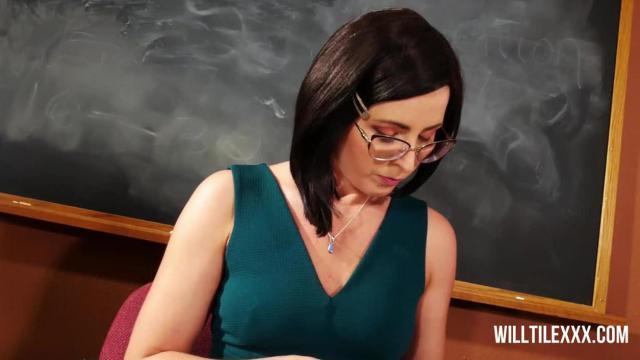 Bogobojna nauczycielka pieprzy się z dyrektorem