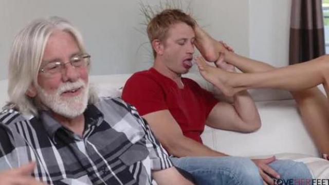 Mecz z dziadkiem na kanapie